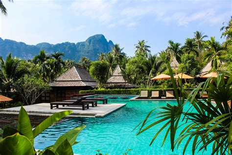 SNEAKING INTO AWESOME HOTELS- 5 COMMON MISTAKES